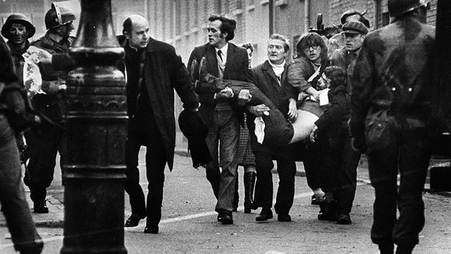 Bloody Sunday: Padre Edward Daly guida un gruppo di persona che trasporta il corpo di Jackie Duddy