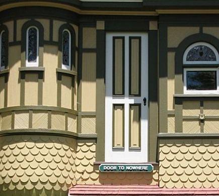 Un dettaglio della Winchester House: una porta sul nulla
