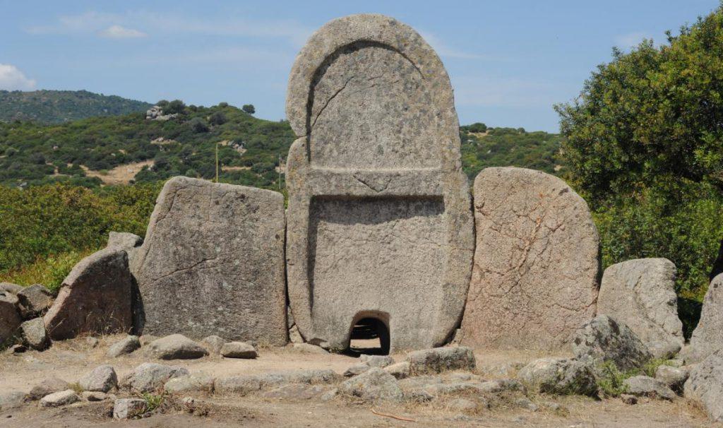 10 luoghi stregati in Italia: la Tomba dei Giganti di S'ena e Thomes